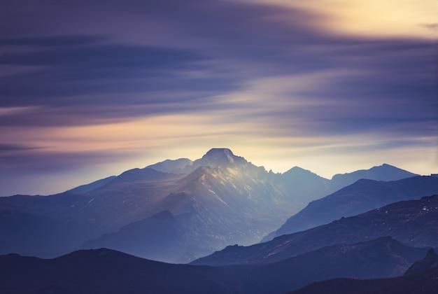 Густые облака дыма покрывают вершины скалистых гор в колорадо