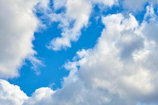 Густые белые облака на голубом небе