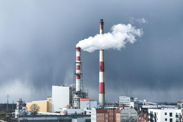 산업 시설이나 공장의 큰 굴뚝에서 짙은 흰 연기가 나옵니다. 푸른 하늘에 대 한 굴뚝입니다. 환경 오염