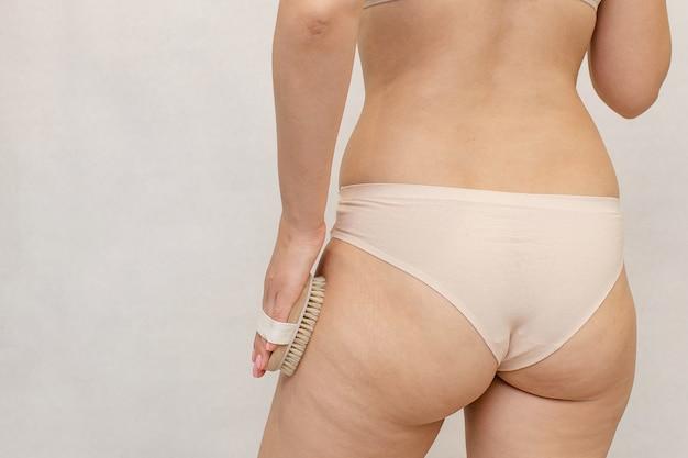 젊은 여성의 셀룰 라이트 허벅지와 엉덩이가 두껍습니다.