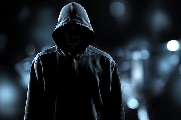 회색 배경에 검은 옷을 입은 도둑