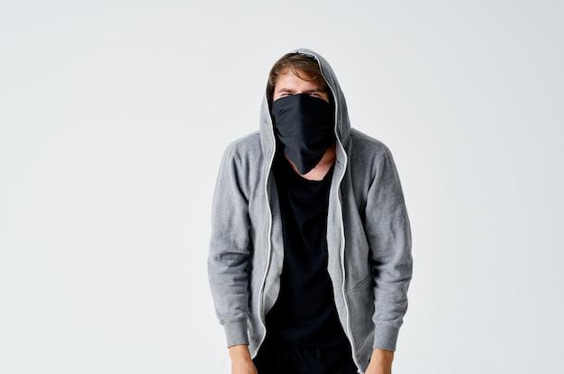 Вор в капюшоне прикрывает лицо преступной кражи денег анонимность