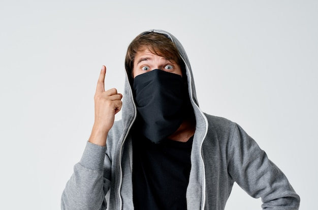 黒いマスクと明るい空間のフードの泥棒男性ハッカー