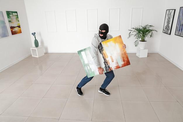 アート ギャラリーから写真を盗む泥棒