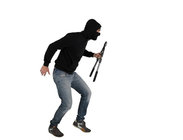 Вор в балаклаве молча крадет квартиры с кусачками в руке