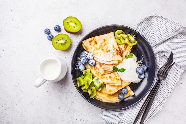 豆腐クリーム、キウイとブルーベリーの薄いクレープ