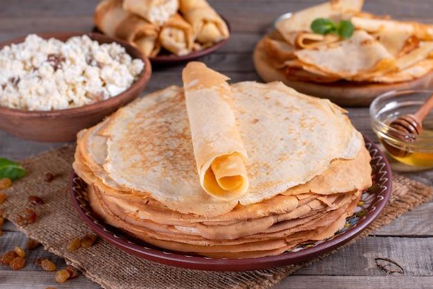 薄い自家製パンケーキ。ロシアのブリニ。マースレニツァ。素朴なスタイル、クローズアップビュー