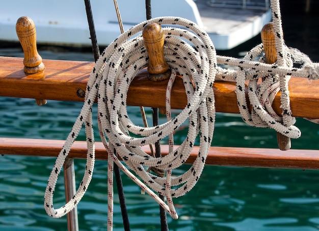Тонкая длинная прочная веревка на парусной лодке