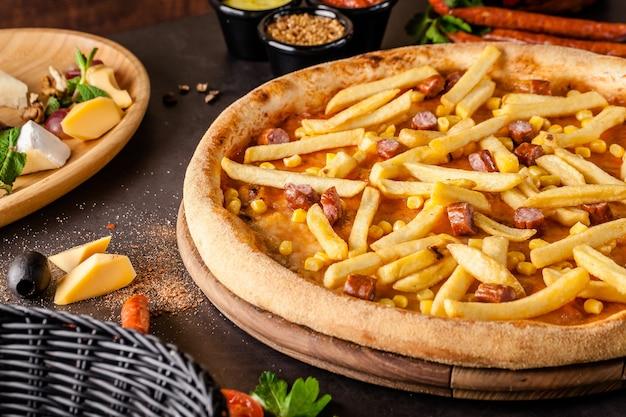 フライドポテトと薄いオクトーバーフェストピザ