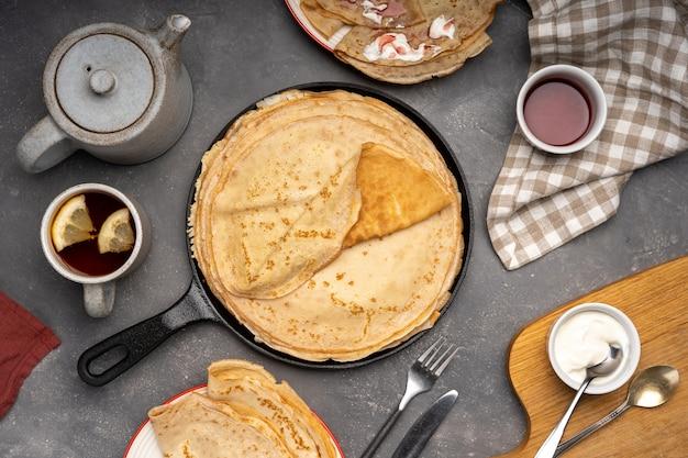 鉄鍋にカッテージチーズを詰めた薄いパンケーキ