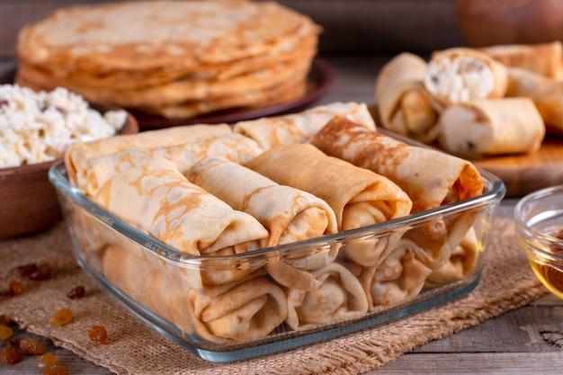 코티지 치즈로 채워진 얇은 팬케이크