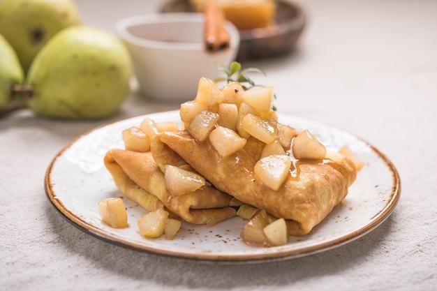 リンゴを詰めた薄いパンケーキ