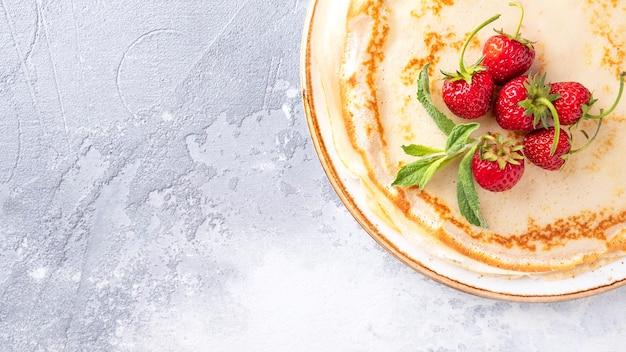 딸기와 함께 얇은 팬케이크. 평면도, 복사 공간