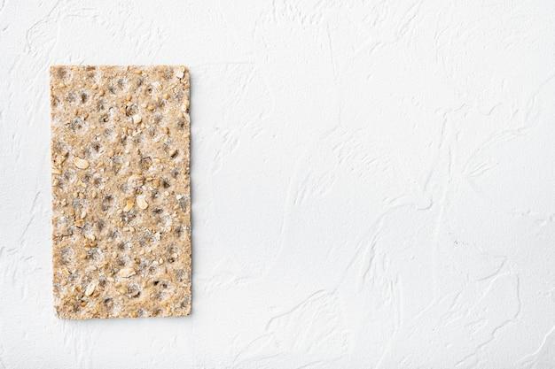 얇은 호밀 바삭한 크래커 세트, 흰 돌 테이블 배경, 평면도 평면 누워, 텍스트 복사 공간