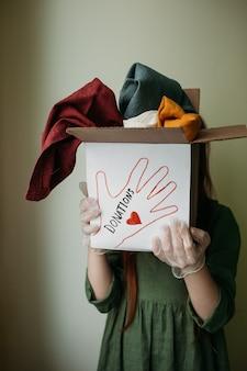 기부금 상자에 물건이 모여서 손으로 전달됩니다.