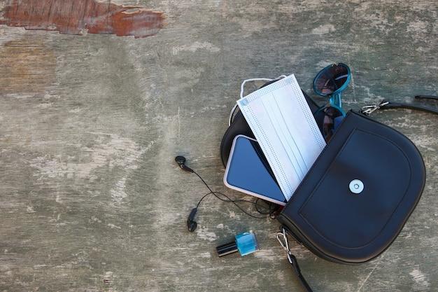 オープンレディハンドバッグからのもの。 covid-2019から身を守るというコンセプト。上面図。