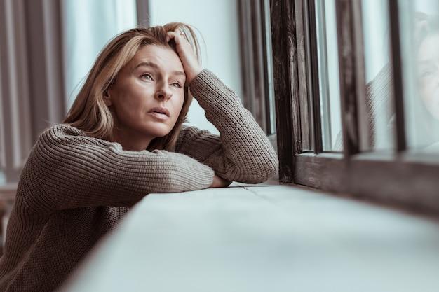자살에 대해 생각합니다. 개인적인 문제와 도전 후에 자살에 대해 생각하는 blonde-haired 여자