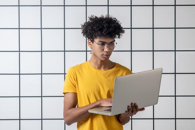 考え。思慮深く集中しているように見える眼鏡のアフリカ系アメリカ人の若い男