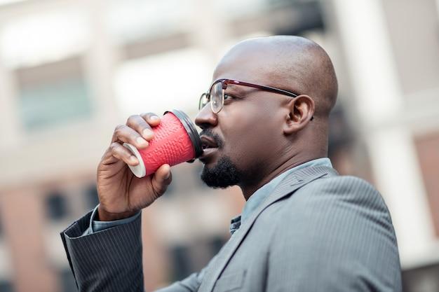 생각하고 마시는 것. 아침에 생각하고 커피를 마시는 진지한 아프리카계 미국인 사업가