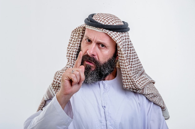 흰색 바탕에 포즈를 취하는 생각하는 아랍 남자.