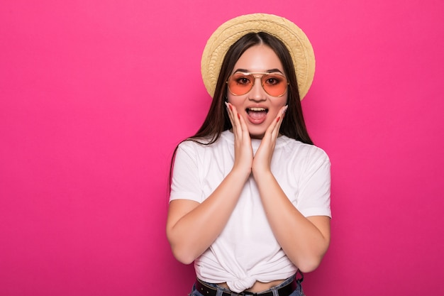 Думая азиатская женщина счастливая и радостная на розовой стене.