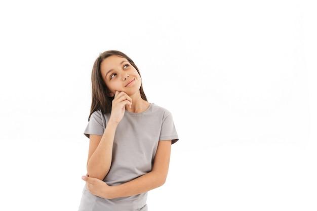 Мышление девушки стоя изолированное смотрящее в сторону.