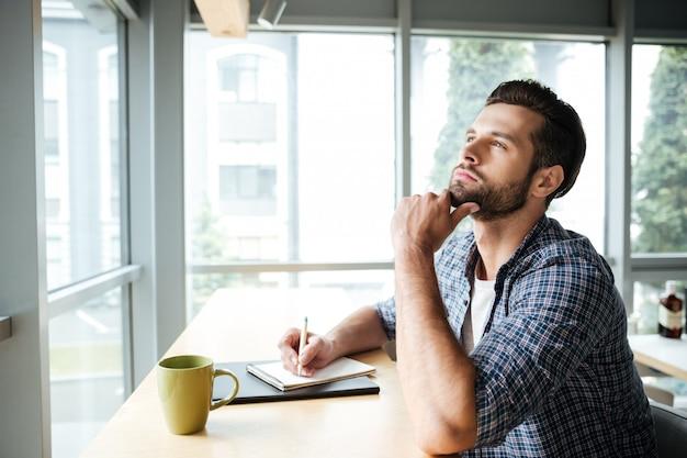 Мышление человека в офисе коворкинг во время написания заметок
