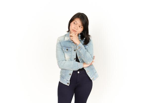 白い背景で隔離のジーンズジャケットと黒のシャツを着ている美しいアジアの女性のことを考えて