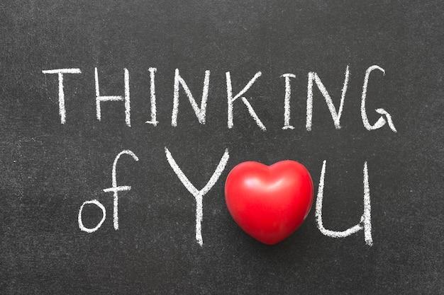 Думая о вас фразу, написанную от руки на доске с символом сердца вместо o