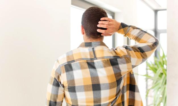 생각 또는 의심, 머리를 긁적, 어리둥절하고 혼란스러운 느낌, 뒷모습 또는 뒷모습