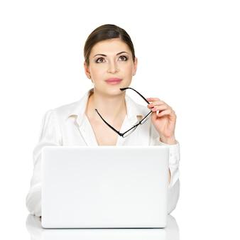 白いシャツを着たラップトップを持つ思考の女性-白で隔離。