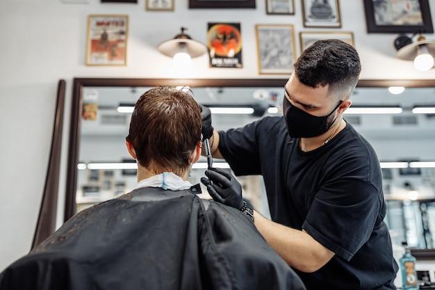 髪を薄くしてスタイリングします。美容師はクライアントに散髪をします。ヘアケア。