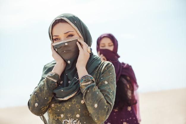 砂漠を歩く喉が渇いた女性