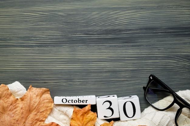 Тридцатый день осеннего календарного месяца октября с копией пространства.