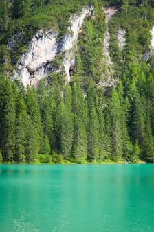この素晴らしい湖は、ユネスコ世界遺産のドロミティ山脈の中心部にあります-イタリア