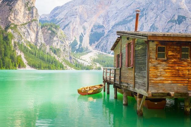 Это удивительное озеро расположено в самом сердце гор доломиты, всемирного наследия юнеско - италия.