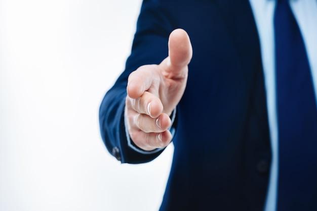 이것은 거래입니다. 비즈니스 거래를하는 동안 당신에게 주어진 남성 손의 닫습니다