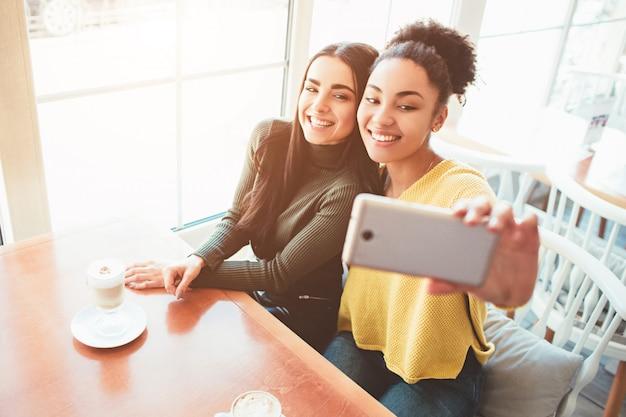 これは、とても素晴らしくて幸せそうに見える2人の美しい女の子の自撮り写真です。
