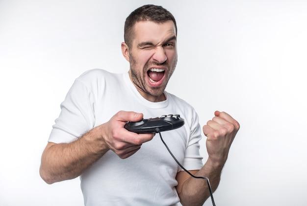 이 남자는 게임에서 이겼고 그것에 대해 행복합니다. 그는 좀 더 놀고 싶어한다. 흰색 배경에 고립