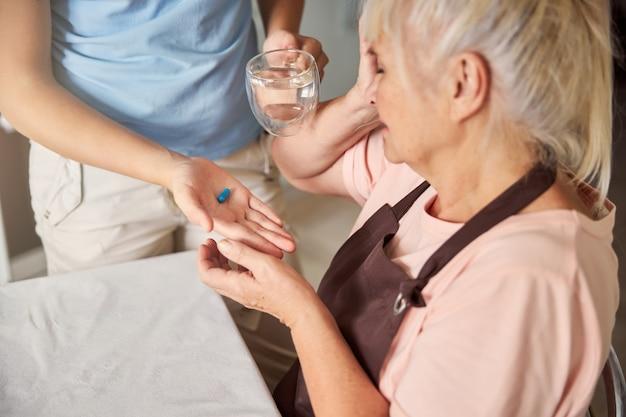 할머니를 위해 약을 가져오는 사려깊은 손녀