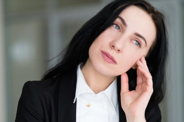 Задумчивая и задумчивая женщина