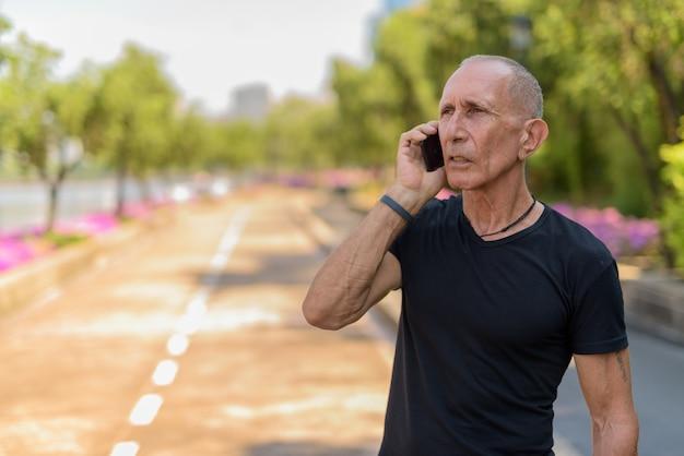 사려 깊은 대머리 수석 관광 남자 휴대 전화 통화