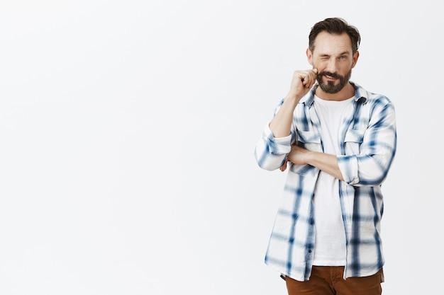 Uomo maturo barbuto premuroso in posa