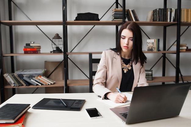 사무실에서 일하는 사려 깊은 비즈니스 우먼