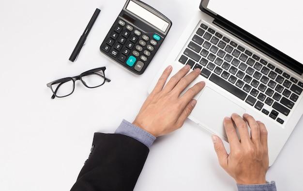Задумчивый бизнесмен сидит с открытым ноутбуком, глядя, и беспокоится, думая о планировании, вид сверху.