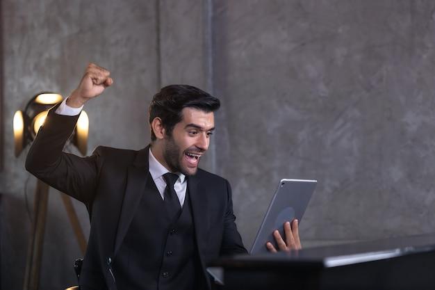 思いやりのあるビジネスマンは、職場でのプロジェクト、ホームオフィスでの新しいアイデアのインスピレーションについて考えます