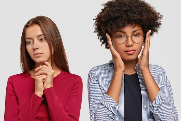 思いやりのある白人女性は、悲しそうな表情はさておき、しんみりと見えます