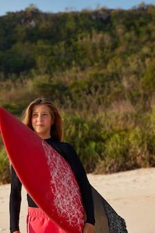 Задумчивая созерцательная женщина несет longboard