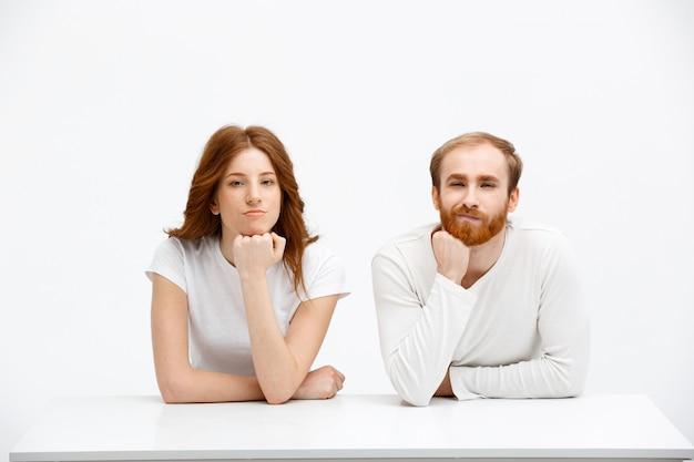 赤毛の思いやりのあるかわいいカップル