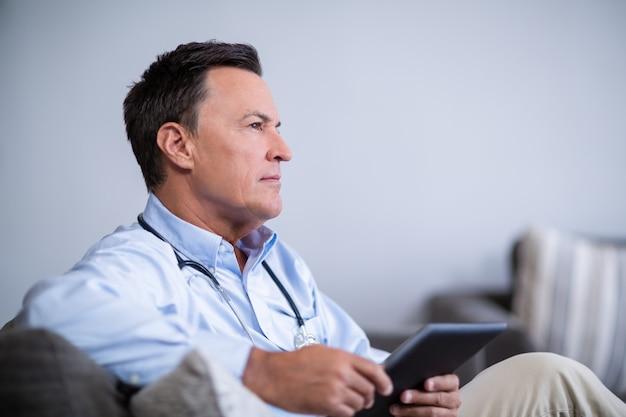 Вдумчивый доктор холдинг цифрового планшета